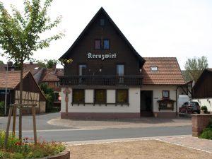 Das Restaurant Kreuzwirt im Dorfzentrum von Wiesen im Spessart